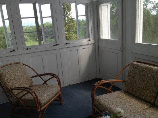 Rosemont Manor : Musty smelling sleeping porch in Nixon Suite