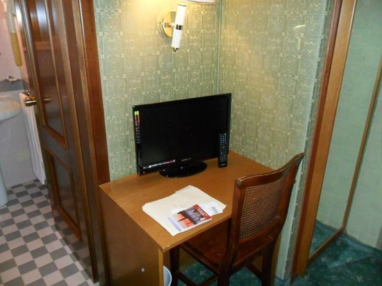 Hotel Spagna: TV & Desk
