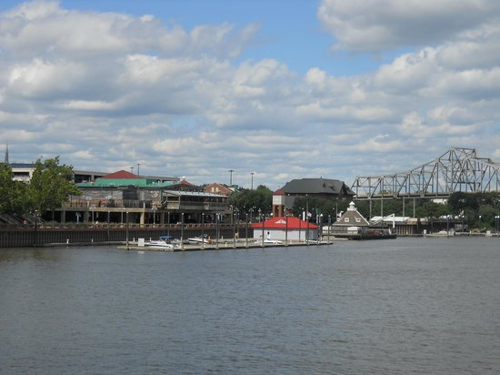 Spirit of Peoria - Day Tours : Peoria waterfront and Spirit of Peoria boat trip launch site