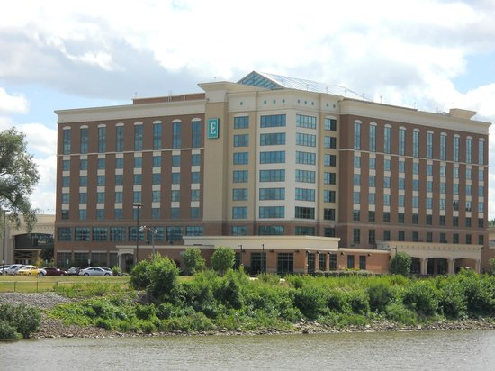 Embassy Suites by Hilton East Peoria - Hotel & RiverFront Conf Center: Embassy Suites hotel, East Peoria as seen from waterfront