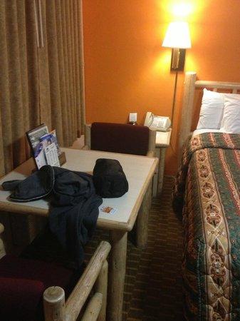 Americas Best Value Inn Eugene: room was pretty small