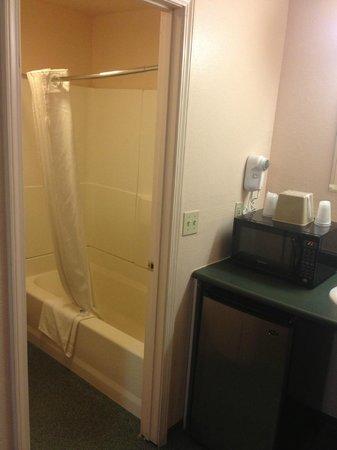 Americas Best Value Inn Eugene: Typical motel bathroom