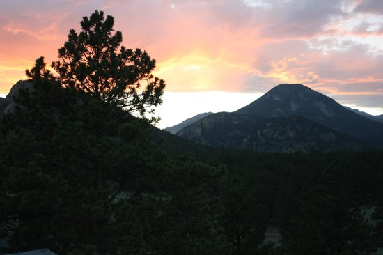 Black Canyon Inn: Estes Park Sunset from F5.
