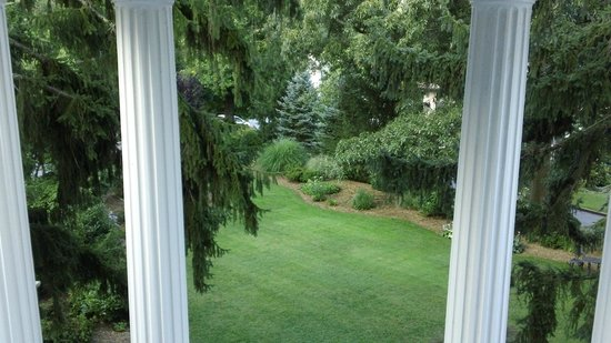 Albemarle Inn: Front lawn from balcony