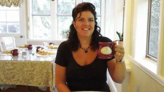 Albemarle Inn: Morning coffee in the breakfast/sun room