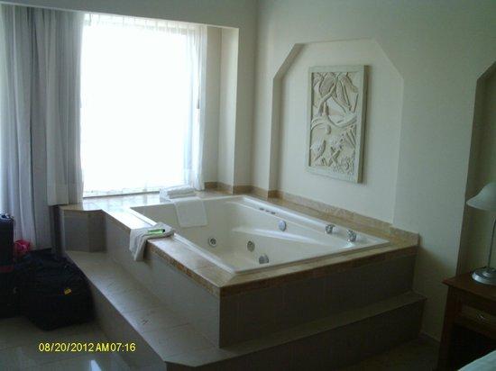 Crown Paradise Club Cancun: jacuzzi