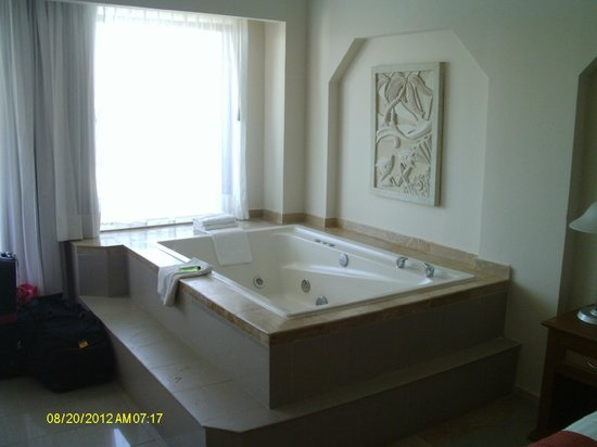 Crown Paradise Club Cancun: jacuzzi in room