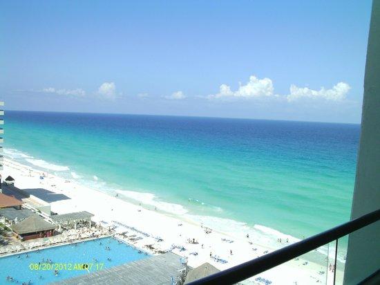 Crown Paradise Club Cancun: beach view