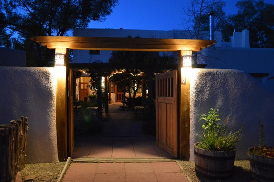 La Posada de Taos B&B: Entrance at night