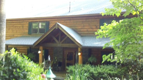 Lazy Bear Lodge: Front entry of lodge