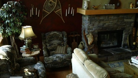 Lazy Bear Lodge: Living room with beautiful fireplace