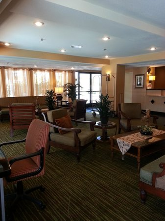 Holiday Inn Express San Diego - Escondido: Comfortable seating in the lobby