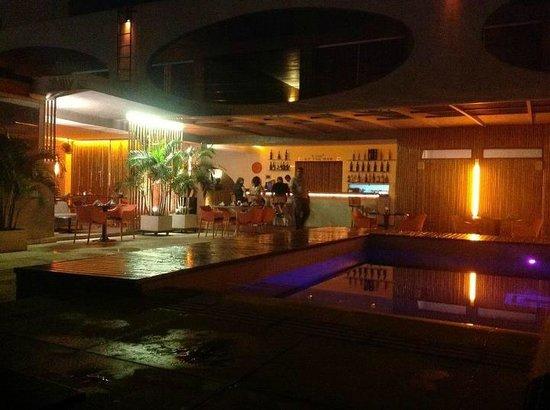 Hotel Cocoon: Vista noturna da piscina iluminada
