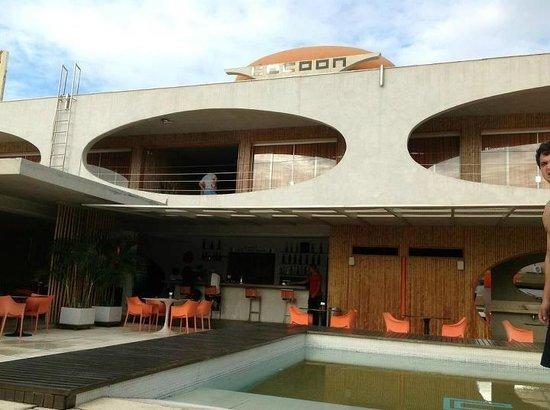 Hotel Cocoon: Vista frontal do hotel e piscina no dia