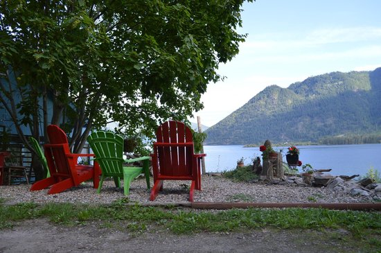 Artist's House B&B: Comfy chairs overlooking Shuswap Lake