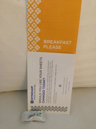 Wyndham Indianapolis West: welcome info on the bed