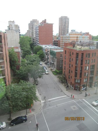 Hilton Garden Inn Montreal Centre-ville: View from our 8th-floor room overlooking the streets below
