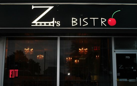 Zees Bistro : Romantic lighting inside