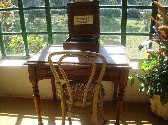 Horacio Quiroga Home : escritorio original y máquina de escribir réplica