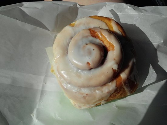 Well Bred Bakery & Cafe: Cinnamon Roll