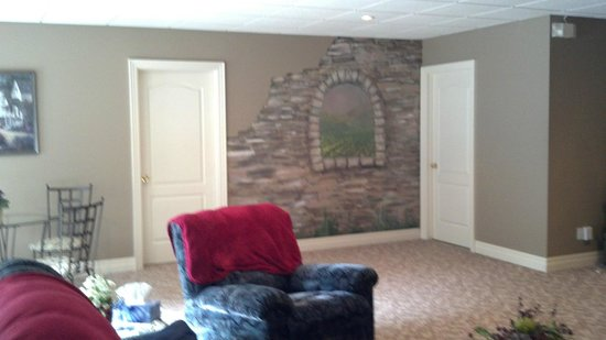 Vineyard Estate Bed and Breakfast: Beautiful mural on wall in common area