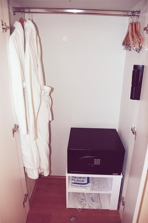 One Pacific Place Serviced Residences: cabinet with electronic safe, robes and hangers