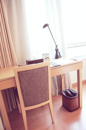 One Pacific Place Serviced Residences: writing desk