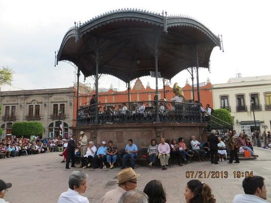 Foto de plaza de armas de quer taro queretaro city for Jardin zenea queretaro