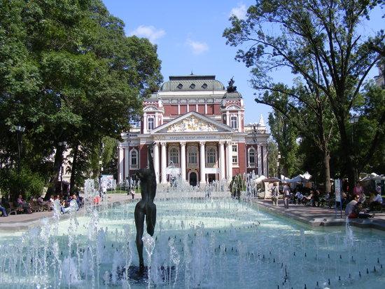 Zelanos Day Tours: National Theatre garden