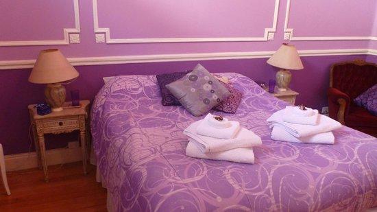 Petit Hotel El Vitraux: Violet room