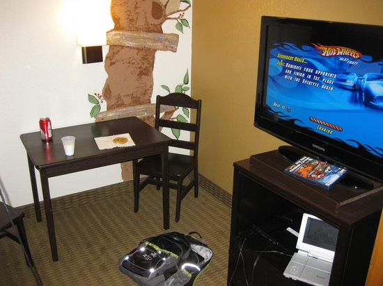 "Holiday Inn Express North Platte: Milk and cookies in the ""tree house"""