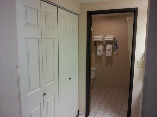 Quality Inn Oakwood: Other side of the sink area, with big closet