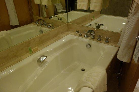Hotel Mulia Senayan: bathroom
