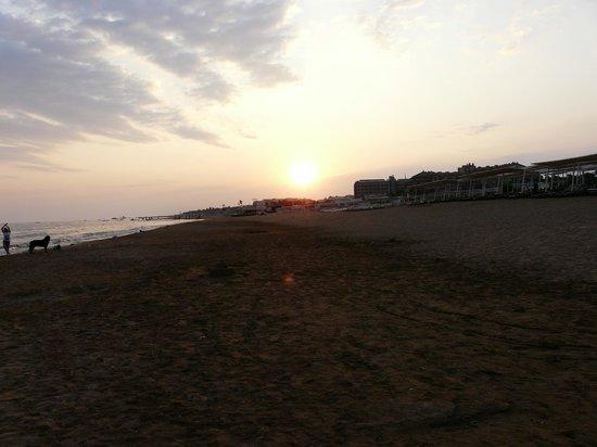 Sural Garden Hotel: Beach at the sunset