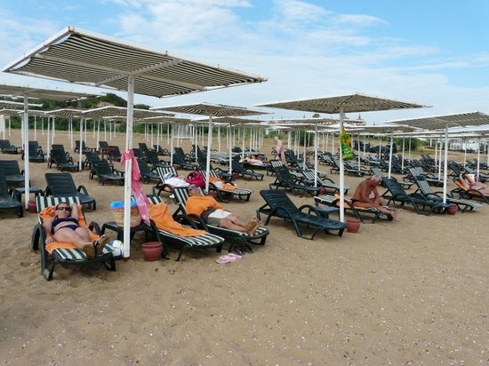 Sural Garden Hotel: Sun shades at the beach