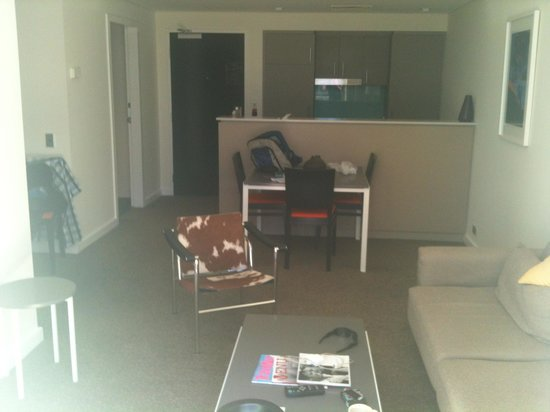 Adina Apartment Hotel Perth: open plan kitchen, dining, lounge