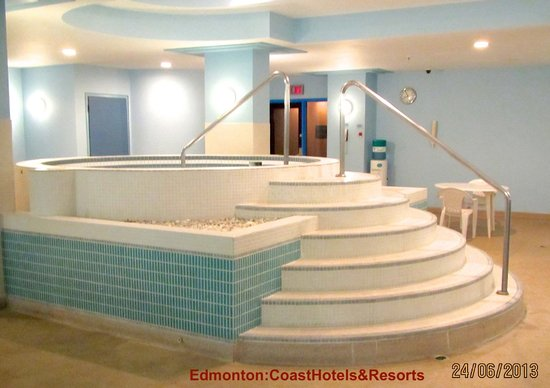 Coast Edmonton Plaza Hotel: The Jacuzi is temperature controlled,and is right next to the pool
