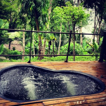 Paradise KohYao: Jacuzzi on the balcony overlooking the resort and to the right the beach and bay