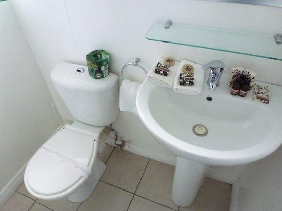 Anchorage Motel Apartments: Bathroom