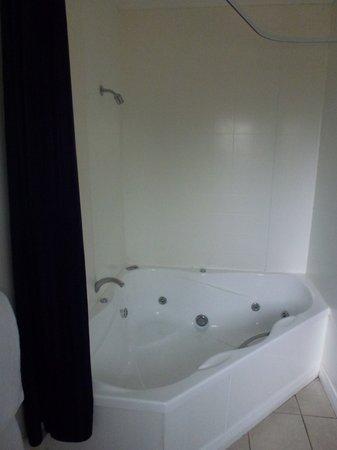 Anchorage Motel Apartments: King Spa Bath
