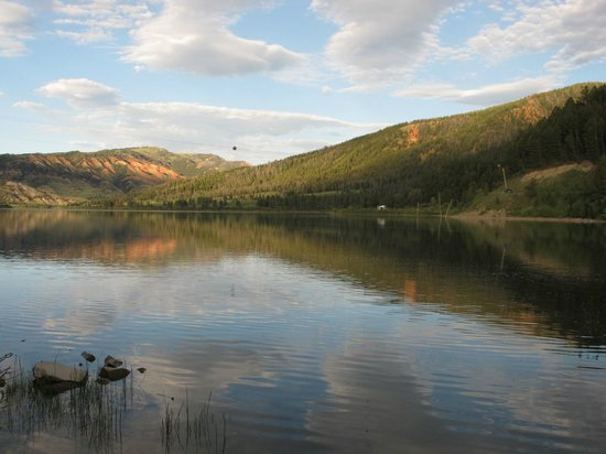 Budges' Slide Lake Cabins: Slide Lake in Evening Light