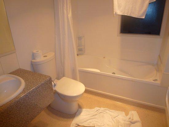 Bella Vista Motel Franz Josef Glacier : Bathroom