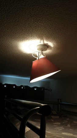 Central Serviced Apartments: Broken lampshade