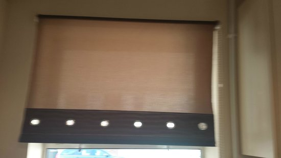 Central Serviced Apartments: Kitchen blind degrading