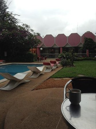 Ibis Abidjan Marcory : pool and gardens
