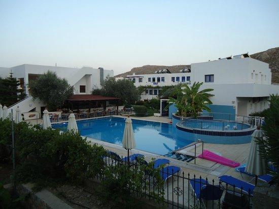 Lindos Blue Sky Studios and Apartments: Vista della piscina dal balcone della nostra camera