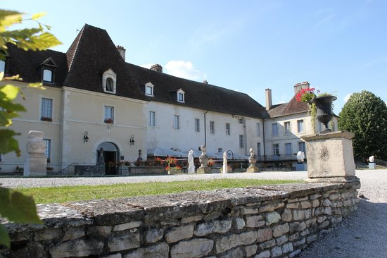 Chateau de Gilly: Right part of the front of the building (entrance on the left)