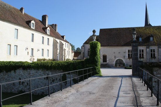 Chateau de Gilly: Back entrance of the hotel - building in front is used as venue for weddings/meetings - Perfect!