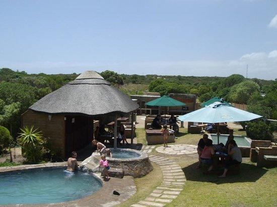Lighthouse Tavern: pool area