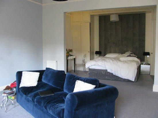 15Glasgow: Sofa converts into comfy queen bed